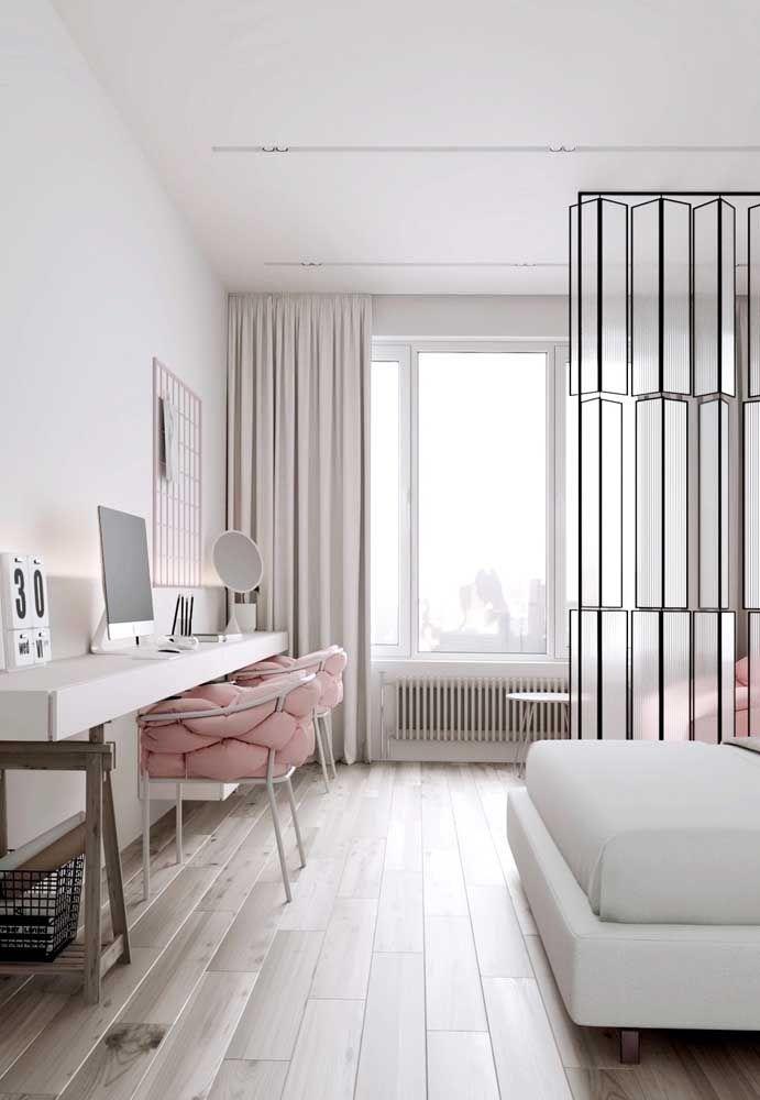 Deixe o ambiente com piso flutuante ainda mais clean usando uma decoração de base branca