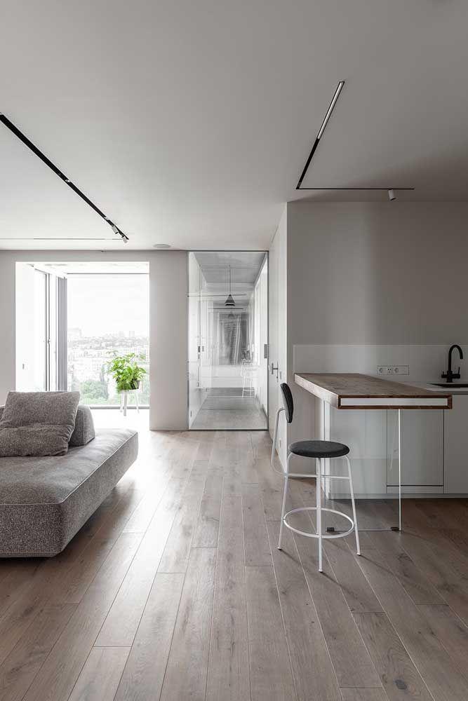 Para limpar o piso flutuante basta uma vassoura de cerdas macias e um pano umedecido com água e sabão neutro