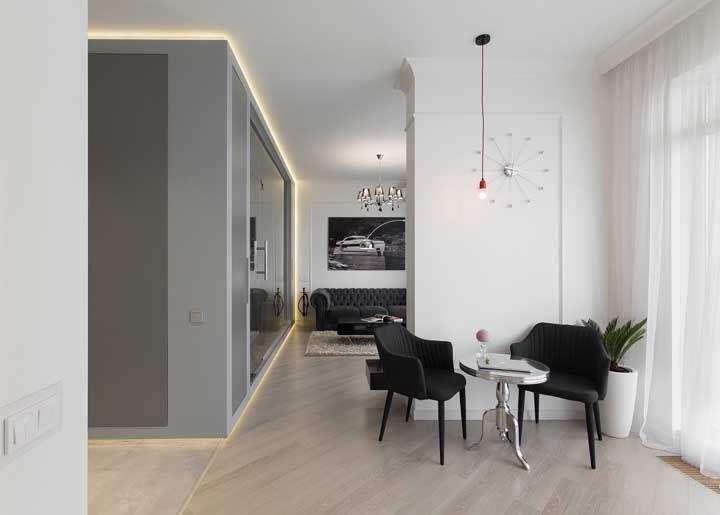 A decoração clean dessa casa é contrastada suavemente pela mobília preta