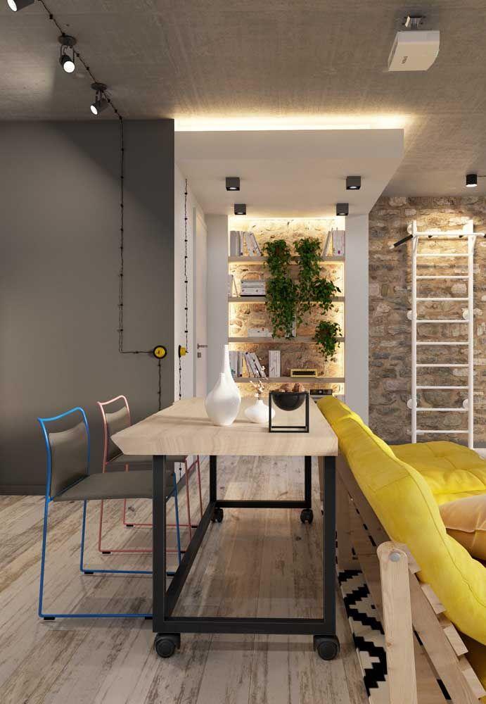 A casa moderna com influência no estilo industrial apostou em um tom claro para o piso flutuante