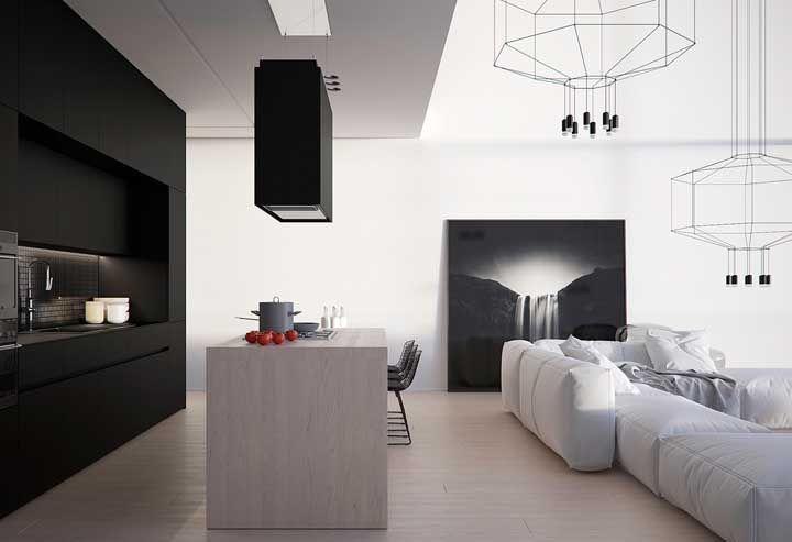 Piso flutuante claro para destacar o armário preto da cozinha
