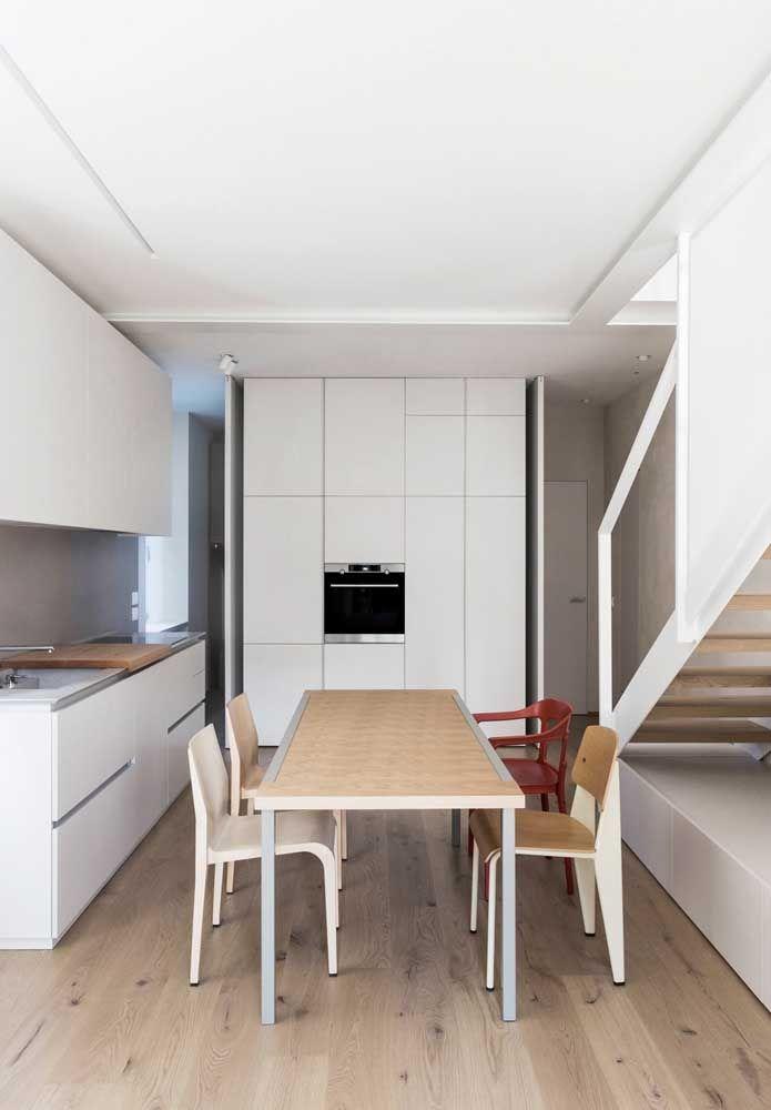 A direção do piso ajuda a ampliar o ambiente, como nessa cozinha em que o piso na vertical causa sensação de prolongamento do cômodo