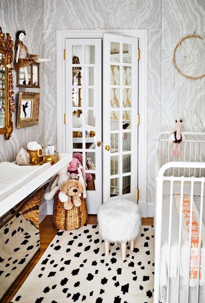 Se não fosse pelas pelúcias, a decoração desse quarto de bebê se encaixaria em um quarto adulto