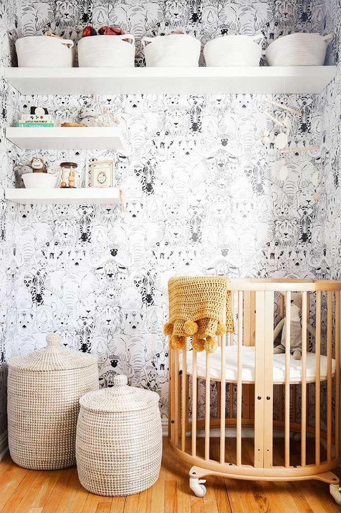 Berço redondo, papel de parede preto e branco e prateleiras com cestos organizadores: uma proposta para se inspirar
