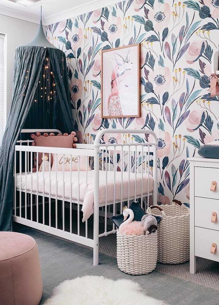 Nesse quarto, as cores da decoração acompanham os tons marcantes do papel de parede