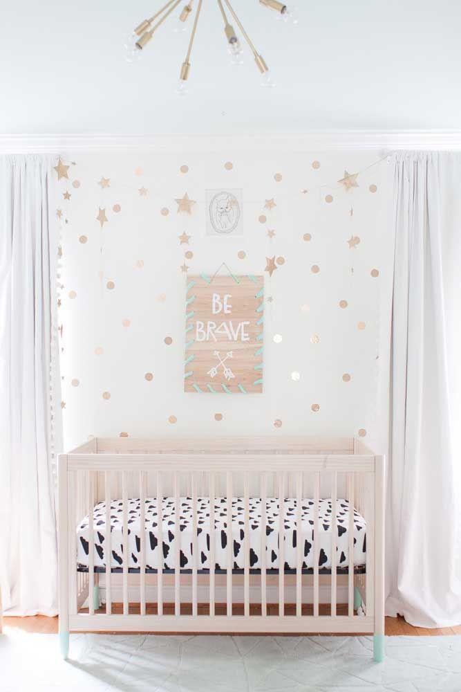 Entre as janelas, o berço; dessa forma o bebê não fique exposto a luz e as correntes de ar