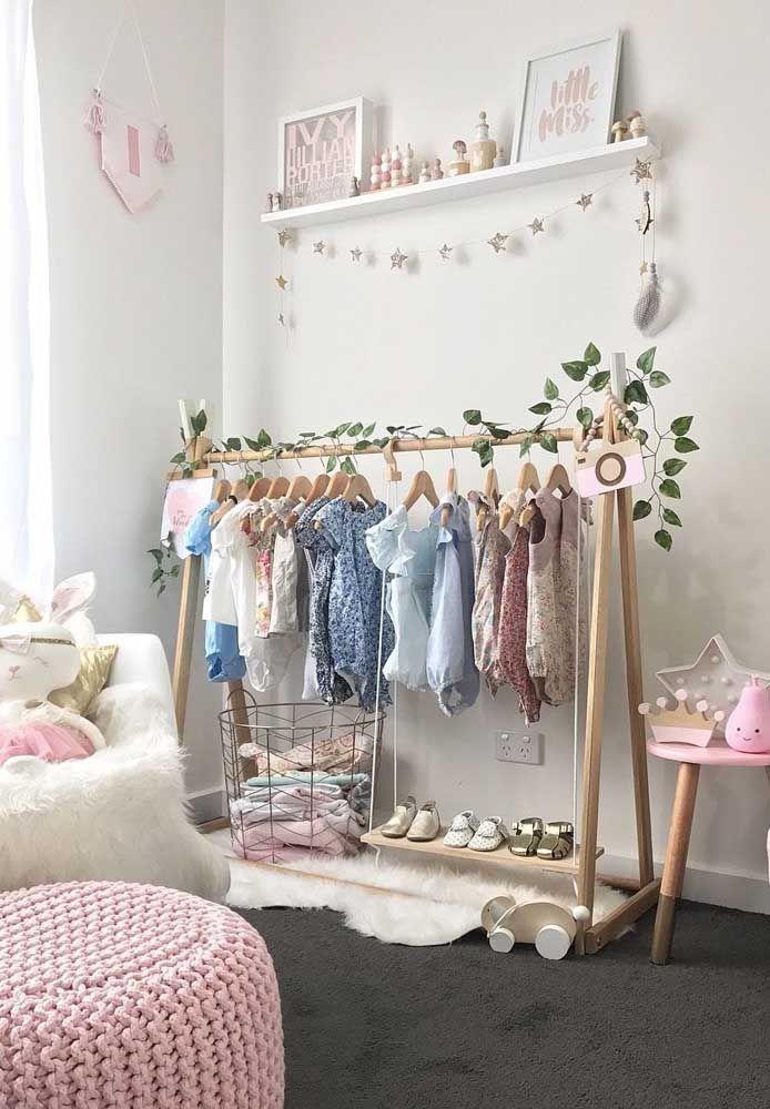 Guarda roupa aberto para o quarto da menina; um mimo só!