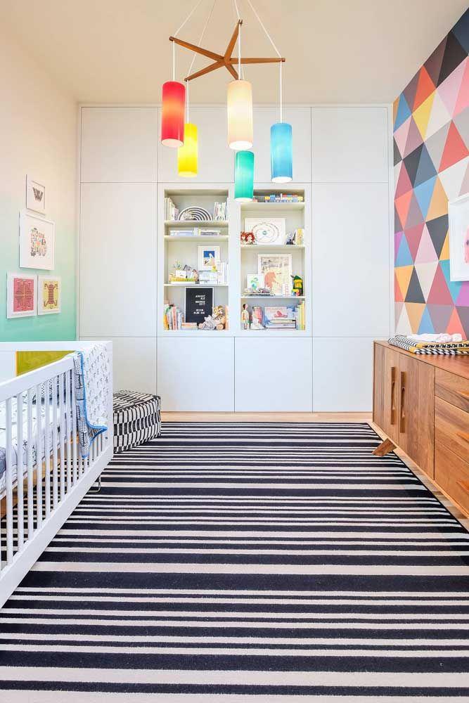 Os padrões geométricos no chão e na parede dão o tom desse quarto de bebê