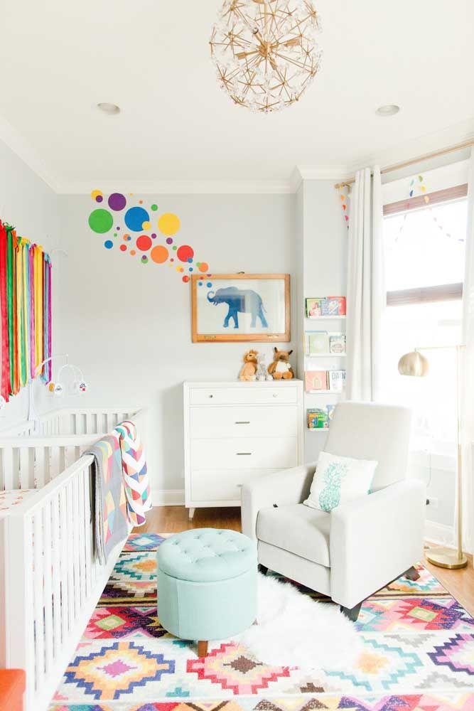 Já nesse outro quarto de bebê a proposta foi usar o branco na base e pontos de cor na parede e no chão