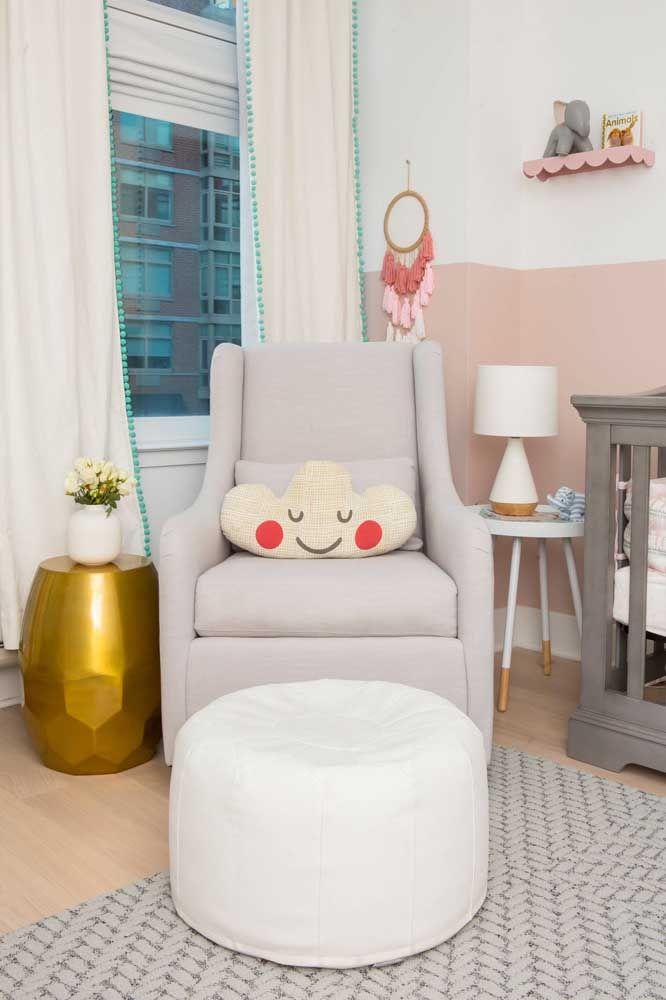 Uma opção bonita e fácil para decorar o quarto do bebê é fazendo as paredes meio a meio