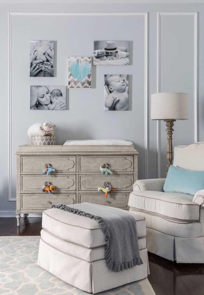 Fotos são outra excelente maneira de decorar o quarto de bebê gastando pouco