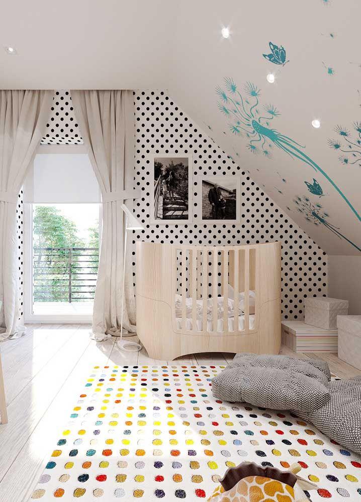 Uma moderna estampa de póa para completar a decoração moderna do quarto de bebê