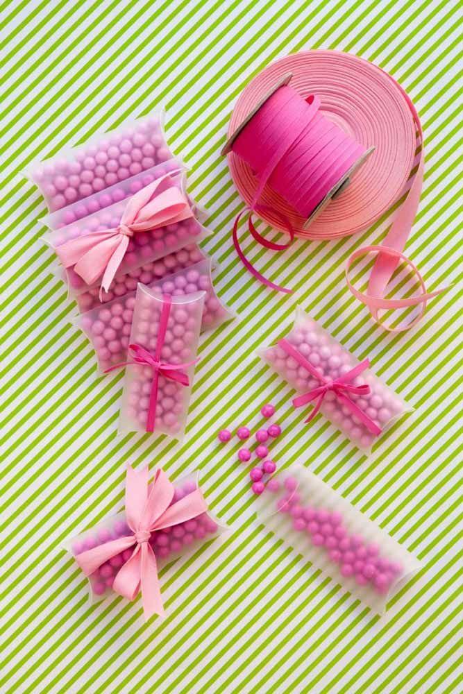 Balinhas, caixinhas e fitas: quer lembrancinha mais simples do que essa? Basta adaptar as cores para o tema da sua festa
