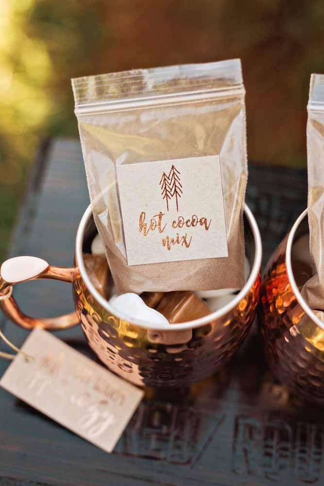 O convidado leva a xícara e a mistura para o chocolate quente