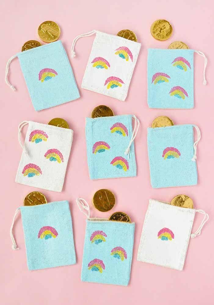 Moedinhas de chocolate na sacola de arco íris