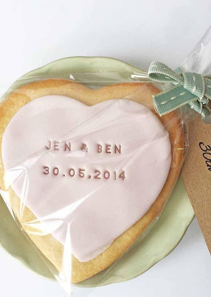 Biscotinhos personalizados com a data da festa; pena que essas lembrancinhas duram tão pouco