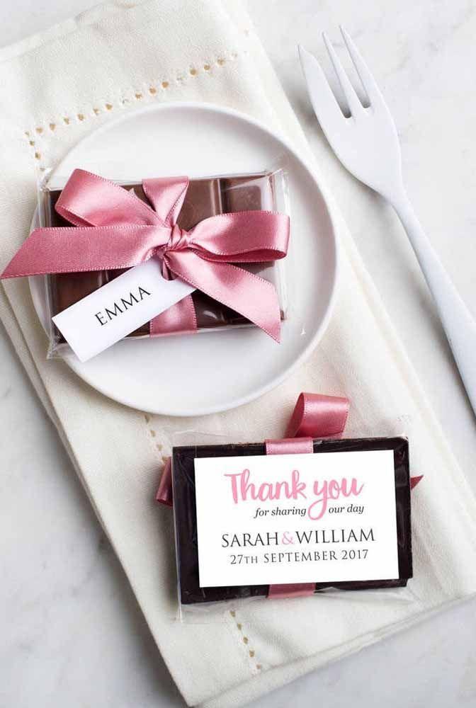Barrinhas de chocolate também são uma ótima pedida; para transformá-las em lembrancinha lembre-se apenas de personalizar a embalagem