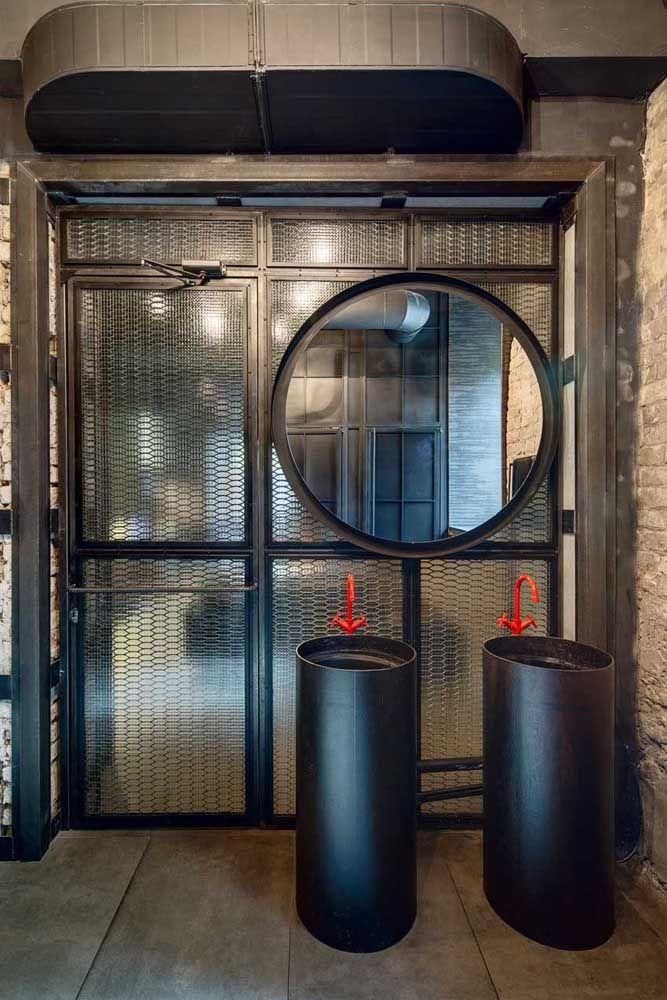 Banheiro de estilo industrial decorado com torneiras vermelhas