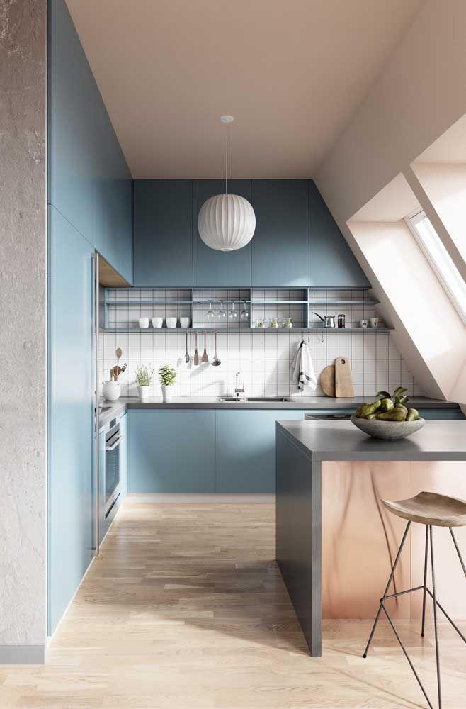 Para encaixar no teto rebaixado só mesmo uma cozinha planejada