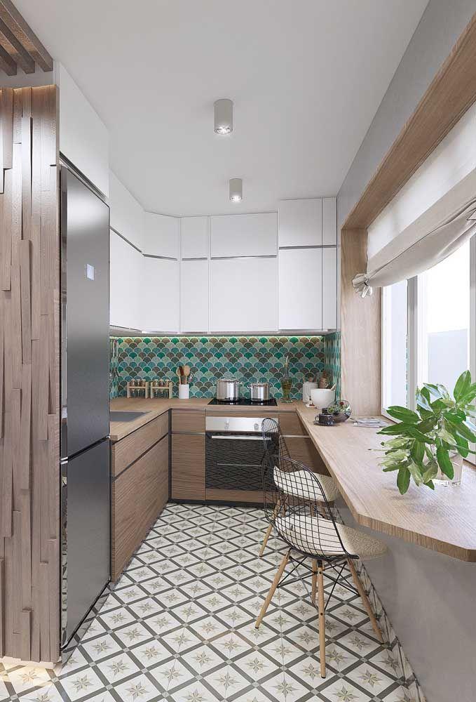 Aqui, a cozinha se estende em forma de balcão para aproveitar o espaço sob a janela