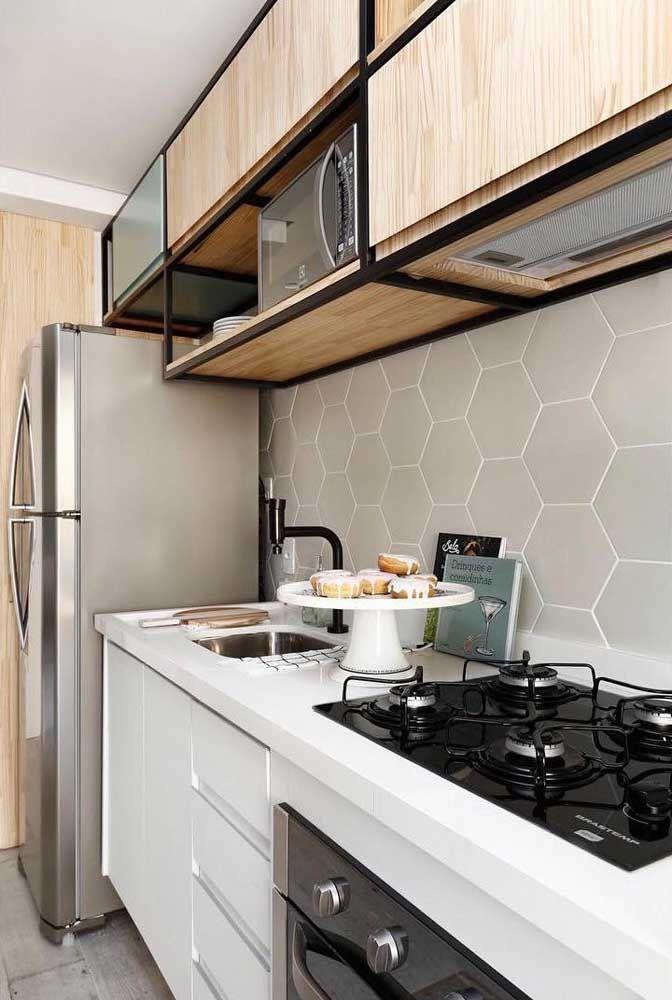 A cara do estilo industrial impressa nessa cozinha planejada simples