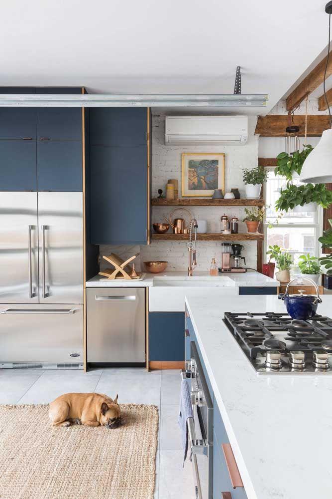 O azul dos armários mantem a neutralidade dessa cozinha planejada