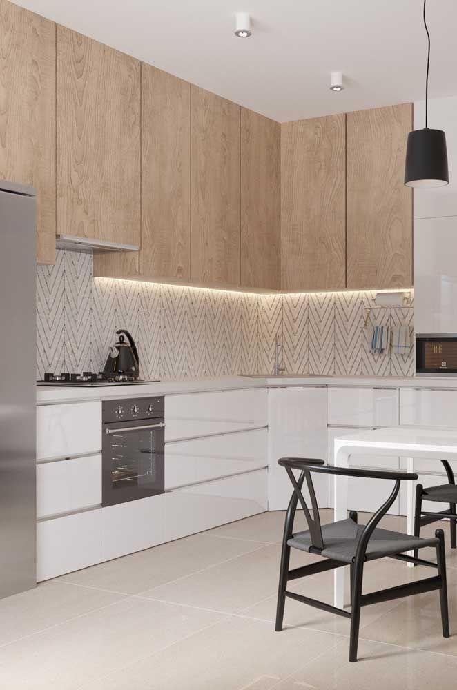 Uma proposta interessante é adicionar uma iluminação diferenciada à cozinha planejada