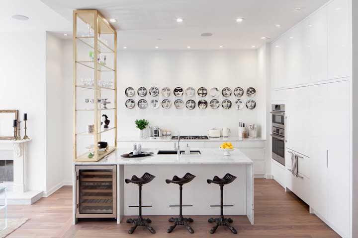 Cozinha planejada branca para trazer amplitude e clareza visual ao ambiente
