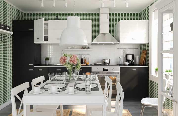 Já essa cozinha preta e branca apostou nas pastilhas verdes para criar contraste