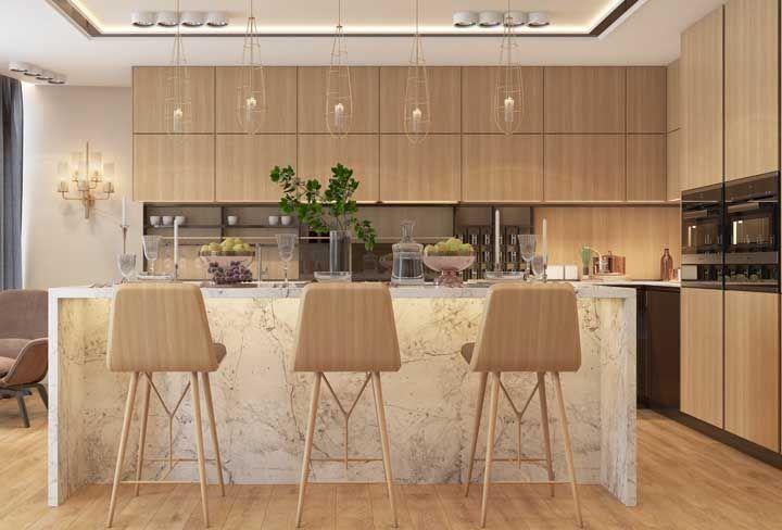 Mesa para quê? Nesse projeto de cozinha planejada, a mesa foi substituída pelo balcão, deixando o ambiente mais descontraído
