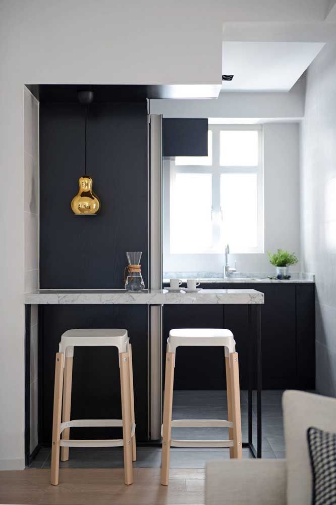 Cozinha planejada pequena, mas atendendo todos os requisitos de beleza e praticidade