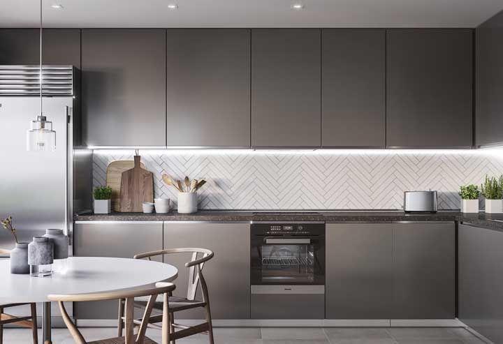 Repare na linearidade e na ausência de puxadores dessa cozinha; características de um projeto moderno