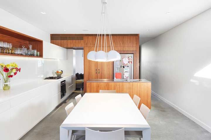 Branco e madeira para uma cozinha elegante e contemporânea