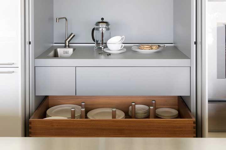 Mini pia e gaveta com organizadores para prato: é ou não é um projeto meticuloso e totalmente feito sob medida?