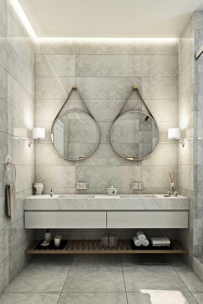 O banheiro de tons neutros ganhou o reforço de duas arandelas – uma para cada espelho - para completar a iluminação