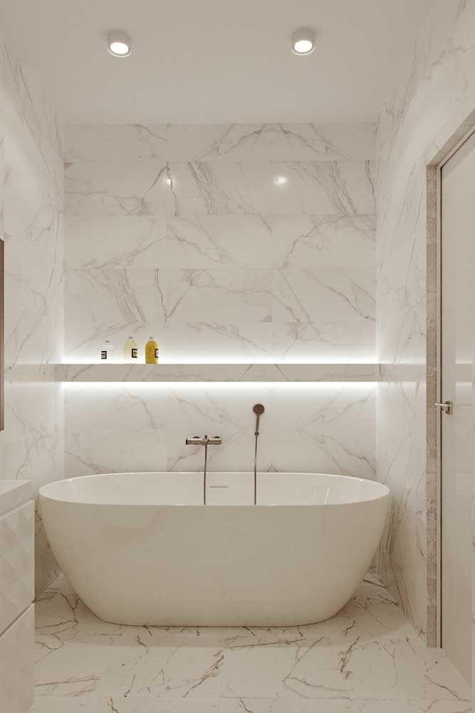 A iluminação com fitas de LED dá aquele toque especial a área da banheira