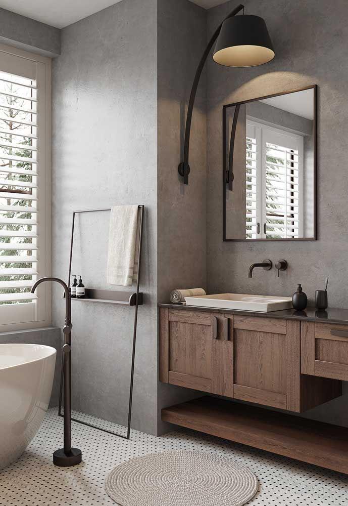Uma arandela para trazer estilo e charme para o banheiro; o foco da luz da arandela permite um melhor uso do espelho