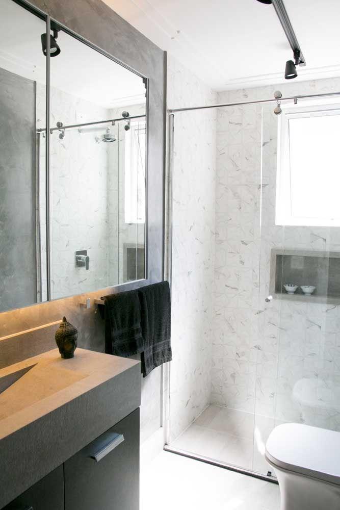 O trilho de iluminação é formado por diversos spots e permite que uma grande extensão do banheiro seja iluminada de uma única vez