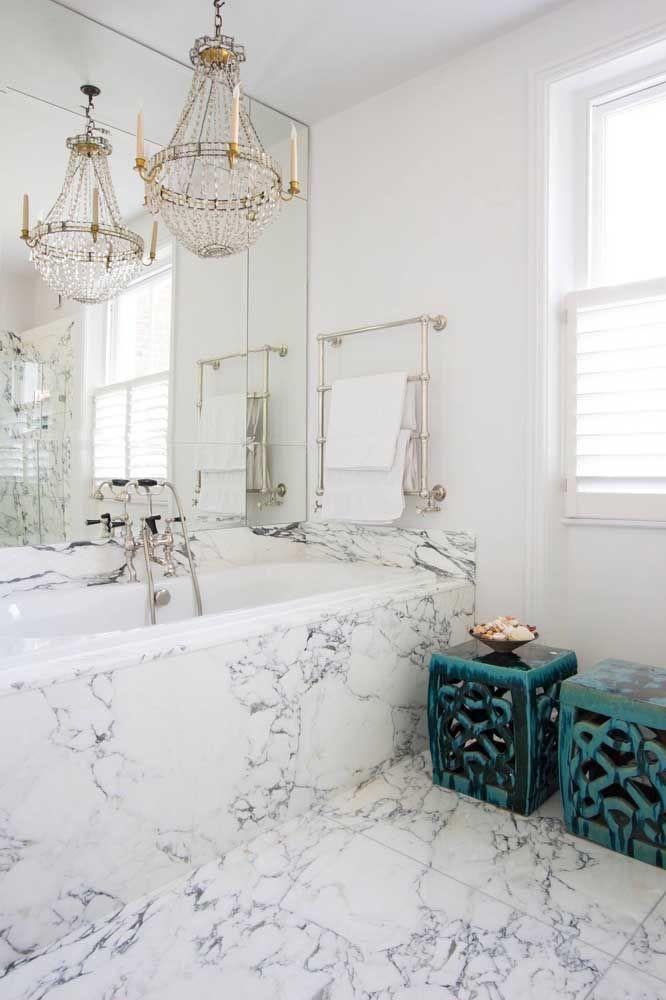 Os mais requintados vão se encantar pela ideia de ter um lustre de cristal no banheiro