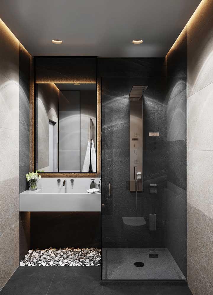 A luz amarela que sai da sanca deixa o banheiro acolhedor e confortável