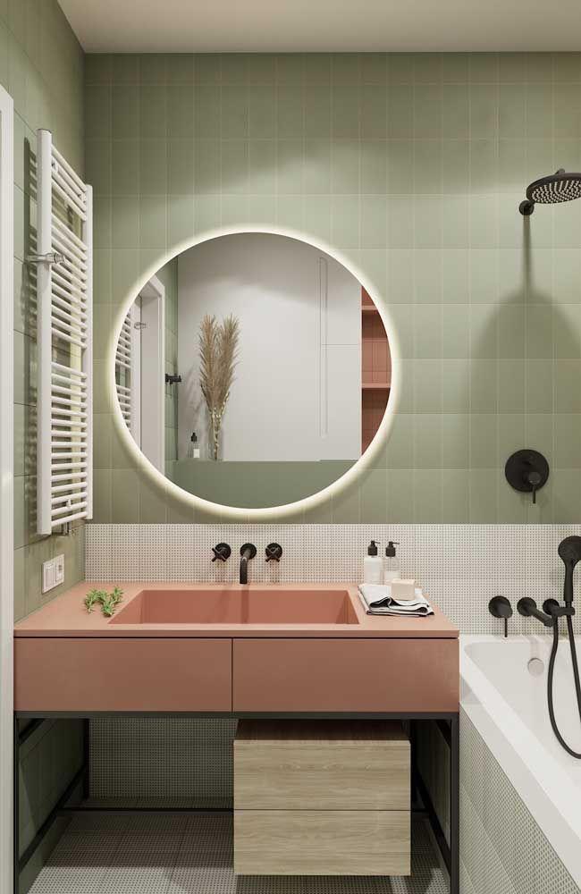 Parece uma moldura, mas é só o efeito decorativo da iluminação embutida no espelho
