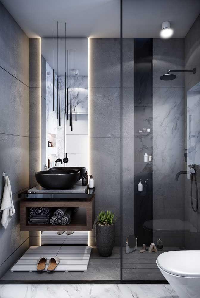 Para projetos modernos de banheiros, como esse da imagem, a iluminação atrás do espelho é indispensável