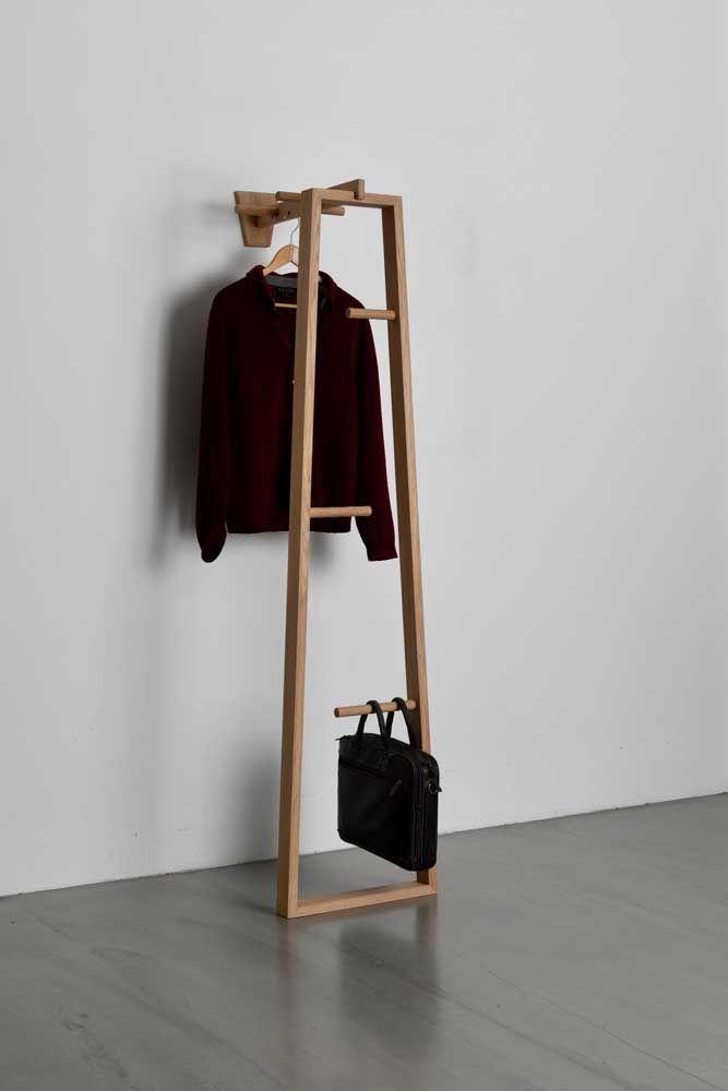 Da parede ao chão: um cabideiro de madeira moderno e cheio de elegância