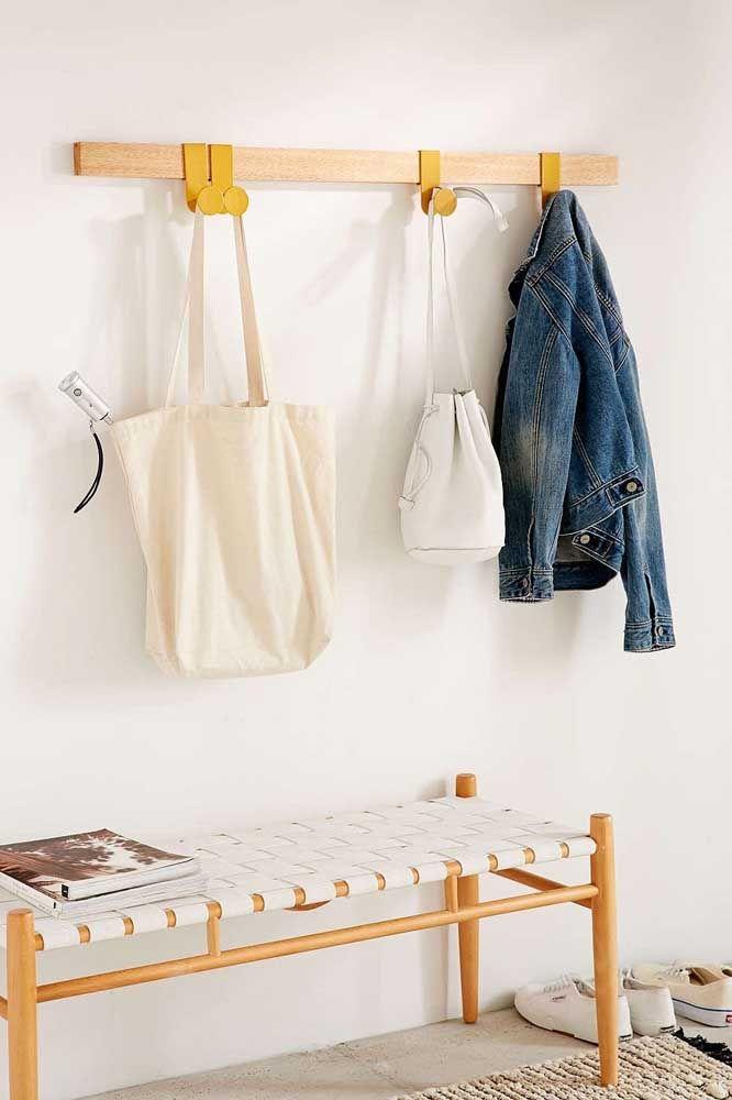 Dupla funcional e decorativa para o hall: cabideiro de parede e banquinho para facilitar a troca de sapatos