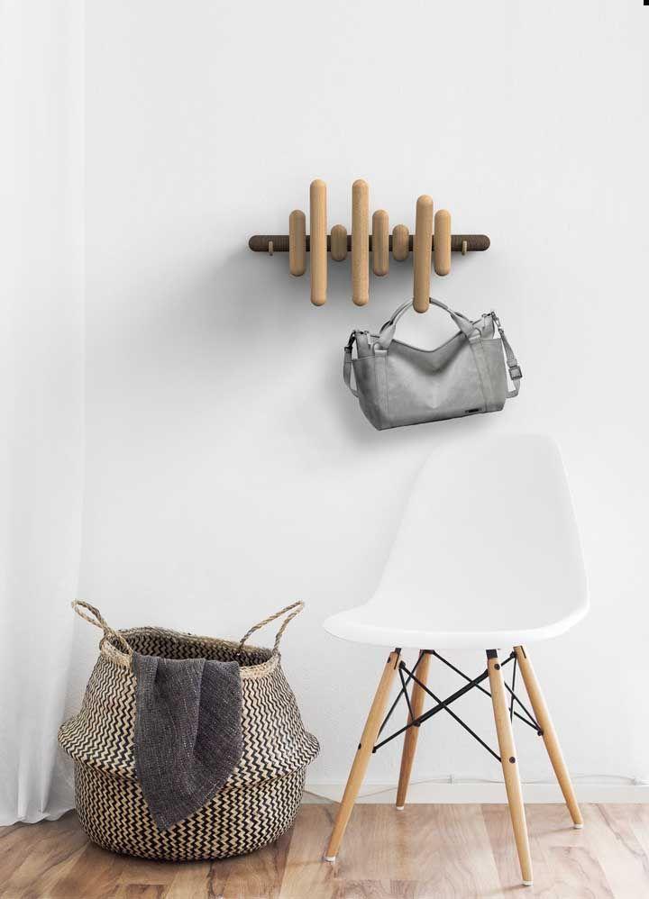 Toquinhos de madeira que se movimentam e moldam o cabideiro de acordo com a sua vontade – e necessidade