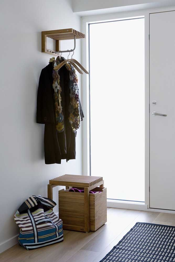 O cabideiro de parede pode ser pequeno também, sem deixar de ser funcional e bonito