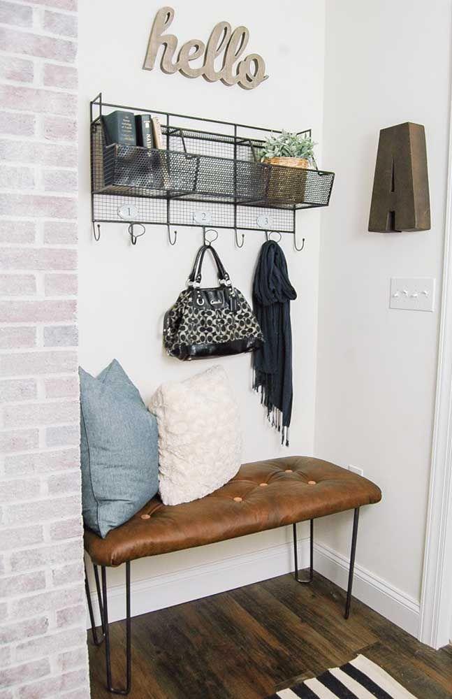 Um modelo aramado não deixa a desejar, especialmente quando vem acompanhado desse sofazinho de couro com pés estilo grampo