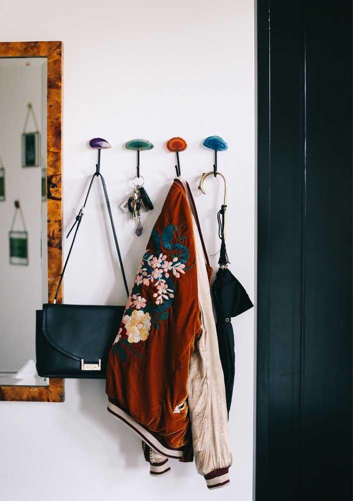 Cabideiro feito com pedras de ágata e ganchos de ferro: como não amar essa ideia?