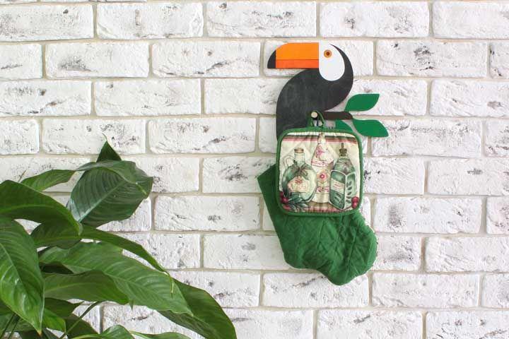 """Um """"tucano cabideiro"""" para organizar os utensílios de cozinha"""