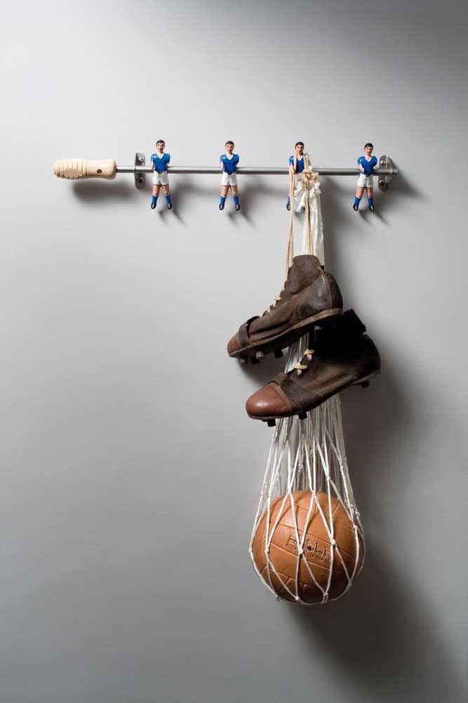 Para os fanáticos por futebol, um cabideiro de parede feito com pebolim